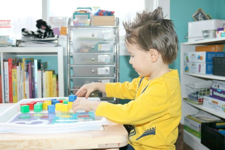 preschooler counting with manipulatives